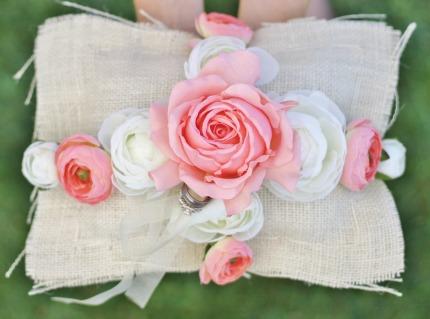 DIY Ring Bearer Pillow via weddingthingz.com